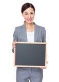 Mostra da mulher de negócios com balckboard Fotografia de Stock Royalty Free
