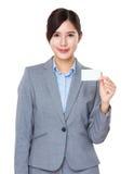 Mostra da mulher de negócios com namecard Imagens de Stock Royalty Free