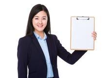 Mostra da mulher de negócios com prancheta Foto de Stock Royalty Free