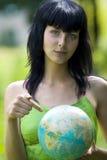 Mostra da mulher em global Fotografia de Stock Royalty Free