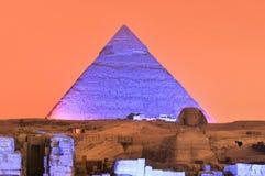 Mostra da pirâmide de Giza e da luz da esfinge na noite - o Cairo, Egito imagens de stock royalty free