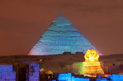 Mostra da pirâmide de Giza e da luz da esfinge na noite - o Cairo, Egito Foto de Stock Royalty Free