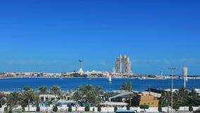 Mostra da ra?a do avi?o na rua do corniche de Abu Dhabi - marcos famosos da cidade de Abu Dhabi: Marina Mall, roda do olho do por video estoque