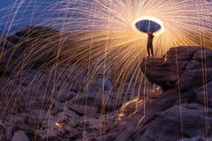 Mostra da rotação do fogo na noite foto de stock