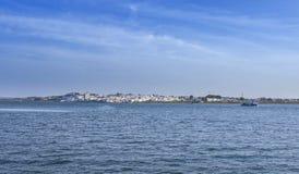 Mostra da skyline de Ayamonte das docas de Vila Real de Santo Antonio imagem de stock