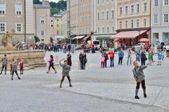 A mostra de aperschnalzen em Kapitelplatz em Salzburg fotografia de stock royalty free