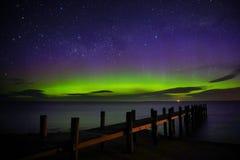 Mostra de Aurora Australis pelo cais fotos de stock royalty free