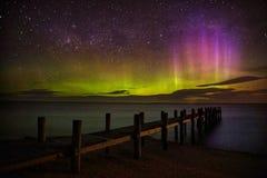 Mostra de Aurora Australis pelo cais fotografia de stock royalty free