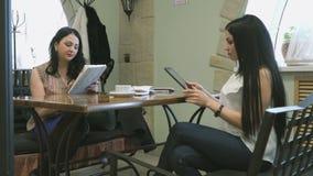 Mostra de duas meninas fotos usando sua tabuleta vídeos de arquivo