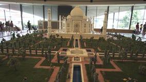 Mostra dei modelli Taj Mahal fatta dei pezzi di Lego in Miniland Legoland ai parchi ed alle località di soggiorno del Dubai fotografia stock libera da diritti