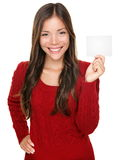 Mostra della donna che presenta la scheda del regalo Fotografia Stock Libera da Diritti