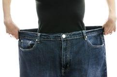 Mostra della donna quanto peso ha perso Immagini Stock
