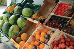 Mostra della frutta fresca da vendere fuori del deposito Immagine Stock
