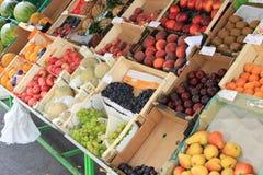 Mostra della frutta fresca da vendere fuori del deposito Fotografie Stock Libere da Diritti