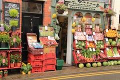 Mostra della frutta fresca da vendere fuori del deposito Immagini Stock Libere da Diritti