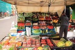 Mostra della frutta fresca da vendere sul mercato settimanale Fotografie Stock Libere da Diritti