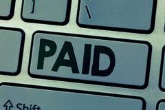 Mostra della nota di scrittura pagata Montrare della foto di affari dovuto per il lavoro quei fatti riceve la paga durante il per fotografia stock