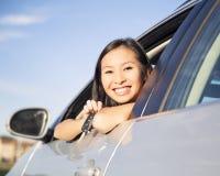 Mostra delle chiavi nuove dell'automobile Fotografia Stock
