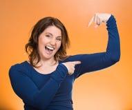 Mostra di flessione dei muscoli della donna, visualizzante la sua forza Fotografie Stock