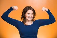 Mostra di flessione dei muscoli della donna, visualizzante la sua forza Fotografia Stock