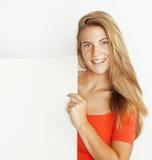Mostra di pensiero della donna abbastanza bionda dei giovani al copyspace sulla fine di bianco su Immagine Stock