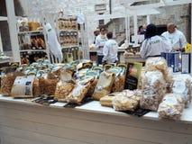 Mostra di vari tipi di paste italiane nella città di Foli fotografie stock