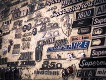 Mostra di vecchio logos delle automobili sportive italiane e delle automobili storiche Fotografia Stock