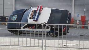 Mostra do conluio com carro de polícia video estoque