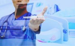 Mostra do doutor que syring o foco seleto da seringa e do ECG Fotografia de Stock Royalty Free