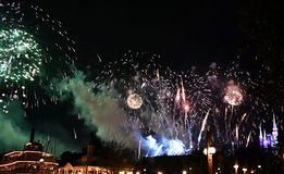 Mostra do fogo de artifício de Spectaculare pelo lago foto de stock royalty free