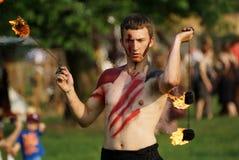 Mostra do fogo do festival justo de St John em junho de 2013 em Krakow, Polônia. Neste desempenho os atores estão lutando com o dr imagem de stock royalty free