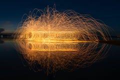 Mostra do fogo que surpreende na noite Imagens de Stock Royalty Free