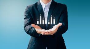 A mostra do homem de negócio infographic sobre o dinheiro e investe Fotografia de Stock Royalty Free