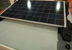 Mostra do painel solar na loja de ferragens diy equipamento de poupança de energia para a geração e a poupança de despesas au fotos de stock royalty free