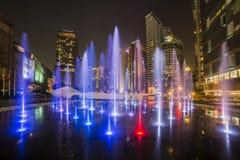 Mostra do watter de Kuala Lumpur na noite, Malásia imagem de stock