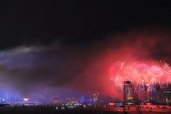 Mostra dos fogos-de-artifício no porto de Victoria em Hong Kong imagens de stock royalty free