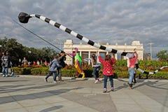Mostra dos papagaios do ` do UFO do ` do teatro da rua no ` brilhante dos povos do ` do festival no parque Gorkogo no dia da cida fotografia de stock