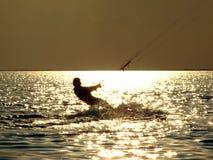Mostra em silhueta o kitesurf em um golfo Fotos de Stock Royalty Free