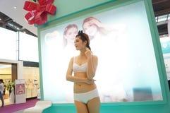 Mostra fêmea dos modelos de forma Imagem de Stock Royalty Free