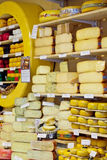 Mostra-janela com queijo na loja Fotos de Stock Royalty Free