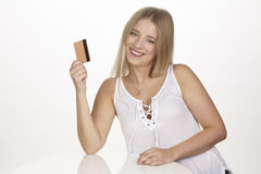 Mostra la sua carta di credito dorata Fotografie Stock Libere da Diritti
