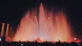 Mostra mágica da luz da fonte na noite ao lado do Museu Nacional em Barcelona filme