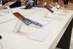 Mostra móvel do smartphone na loja fotos de stock