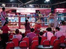 Mostra tailandesa do encaixotamento aos turistas na barra da noite Imagens de Stock Royalty Free