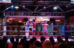 Mostra tailandesa do encaixotamento aos turistas na barra da noite fotografia de stock royalty free