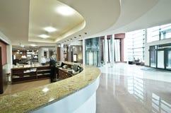 Mostrador de recepción moderno del hotel