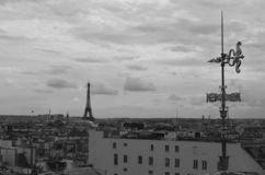 Mostrando donde está la torre Eiffel imagenes de archivo