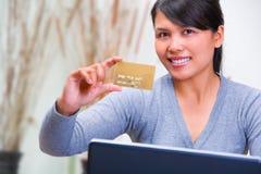Mostrando el oro de la tarjeta de crédito Fotografía de archivo libre de regalías