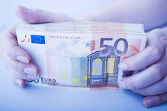 Mostrando a grande pilha dos euro Fotos de Stock