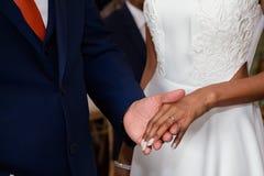Mostrando a noivas o anel Foto de Stock